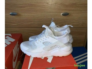 Brand New Nike Air Huaraches Size 9 All White