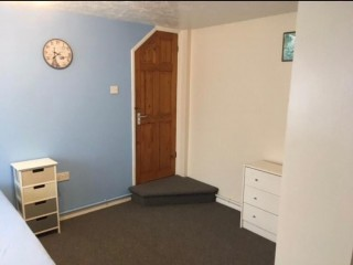 ROOM TO RENT GROUND FLOOR WITH SHOWER FREE PARKING FAST WIFI FURNISHED