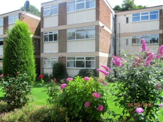 2 BEDROOM GROUND FLOOR SPACIOUS PART FURNISHED APARTMENT LEEDS 8