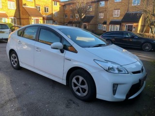 Toyota Prius T3 5door Hybrid white 2015 13500 pay 5000 deposit rest of that pay monthly