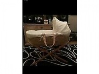 Mosses basket, bath and free changing mat very clean used