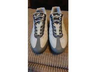SIZE 9 NIKE AIR MAX TRAINERS WHITE AND GREY. ONLY USED ONCE..